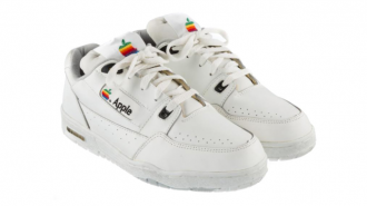 Vintage Apple sneakers fra 90'erne på auktion for $15,000